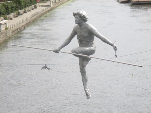 Hombre cruzando el río, obra de Jerzy Kędziora
